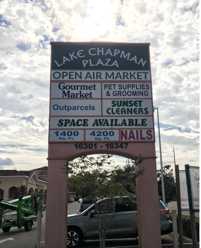 Pylon signage for retail spaces and shopping centers